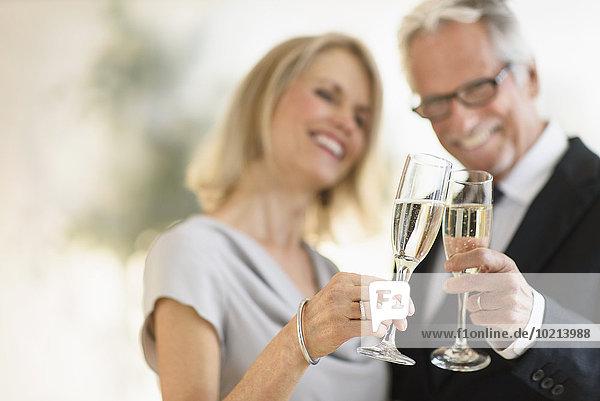 Europäer lächeln zuprosten anstoßen alt Champagner