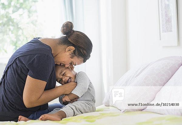 Sohn Bett mischen Mutter - Mensch Baby Mixed kitzeln