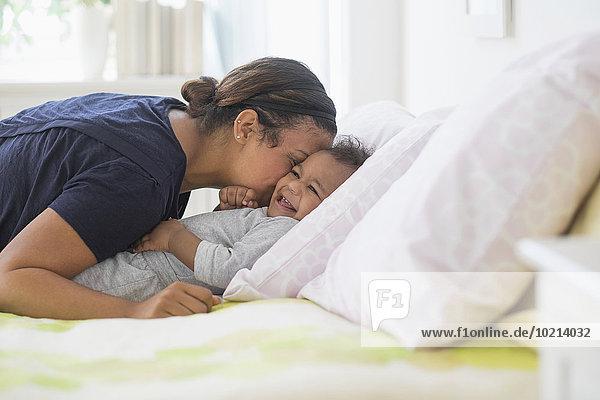 Sohn küssen Bett mischen Mutter - Mensch Baby Mixed