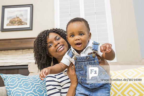 Couch Sohn halten schwarz Mutter - Mensch Baby