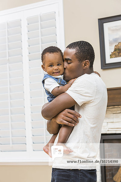 Menschlicher Vater Sohn Zimmer küssen schwarz Wohnzimmer Baby