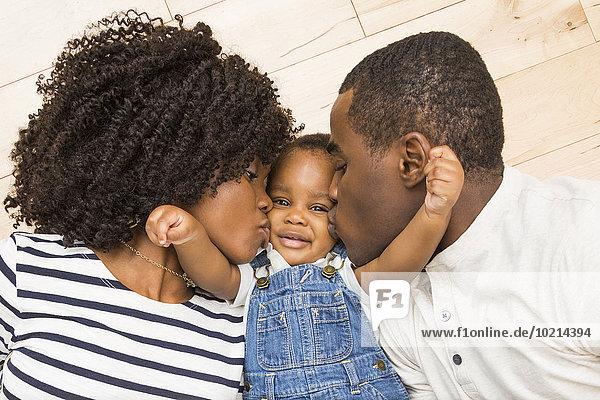 Menschlicher Vater Sohn küssen schwarz Mutter - Mensch Baby