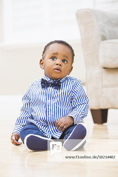 sitzend Boden Fußboden Fußböden Junge - Person Zimmer schwarz Wohnzimmer Baby