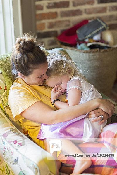 Europäer halten Sessel Tochter Mutter - Mensch