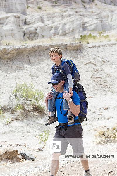 Europäer tragen Menschlicher Vater Sohn Weg Menschliche Schulter Schultern schmutzig