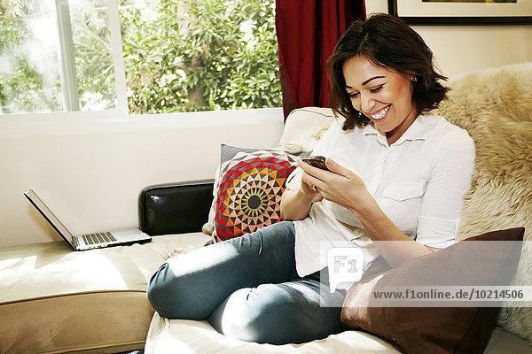Handy benutzen Frau Couch mischen Mixed