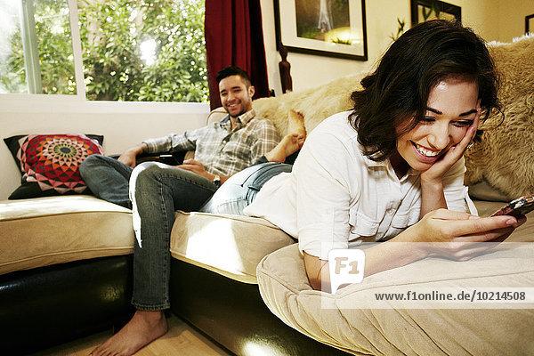 Handy benutzen Couch Zimmer Wohnzimmer