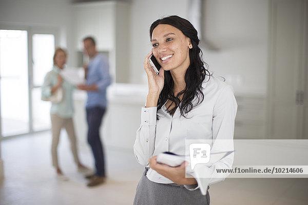 Handy sprechen Immobilienmakler Eigentumswohnung neues Zuhause