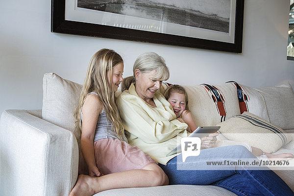 benutzen Europäer Couch Enkeltochter Großmutter Tablet PC