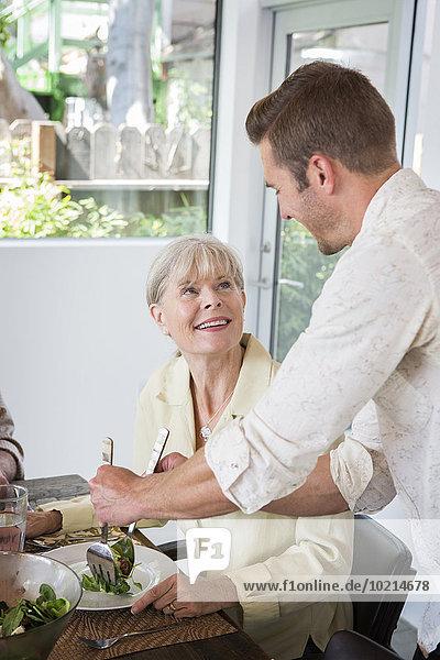 Europäer Mann geben Tisch Mutter - Mensch