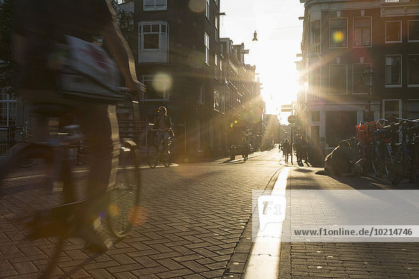 Straße Großstadt Ansicht Bewegungsunschärfe Fahrradfahrer