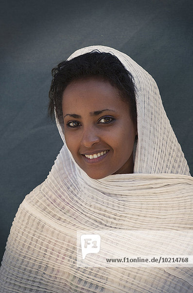 Frau lächeln Schal Verpackung schwarz umwickelt
