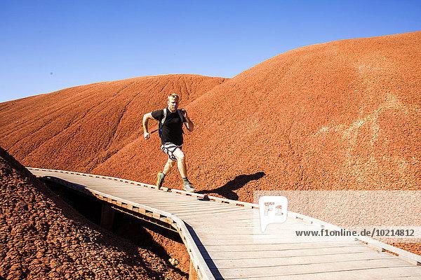 Europäer Mann Hügel Weg rennen Wüste