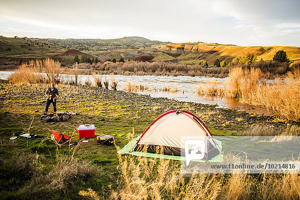 nahe Europäer Mann Vereinigte Staaten von Amerika USA camping Fluss