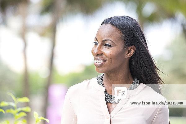 Außenaufnahme stehend Geschäftsfrau lächeln amerikanisch freie Natur