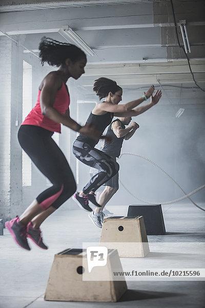 Fitness-Studio Plattform Athlet springen