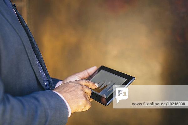 benutzen Geschäftsmann mischen Tablet PC Mixed
