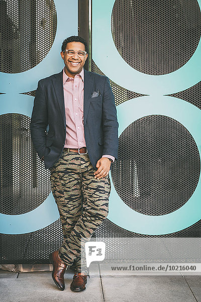 Außenaufnahme Lifestyle Geschäftsmann lächeln mischen Mixed freie Natur