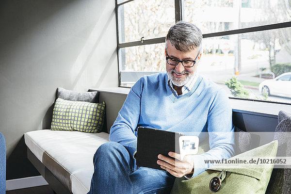 benutzen Eingangshalle Europäer Geschäftsmann Büro Tablet PC