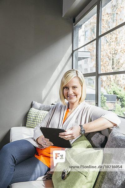 benutzen Eingangshalle Europäer Geschäftsfrau Büro Tablet PC
