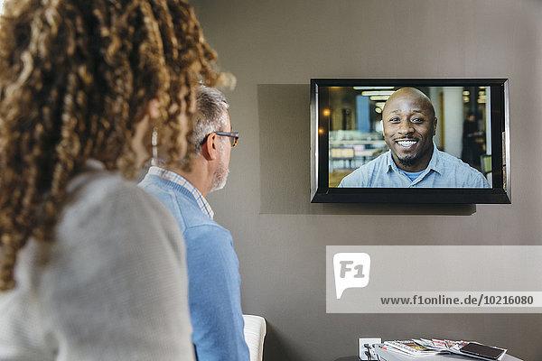 Mensch sehen Büro Menschen Geschäftsbesprechung Besuch Treffen trifft Videokonferenz Business