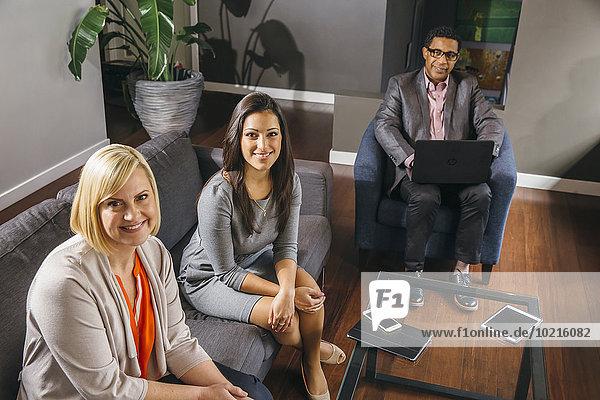 sitzend Mensch Büro Menschen Geschäftsbesprechung Besuch Treffen trifft Business
