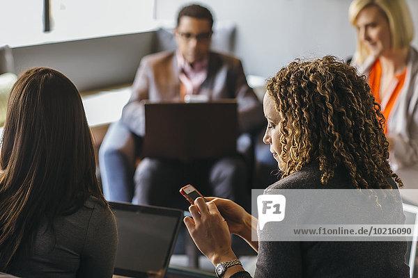 Handy benutzen Geschäftsfrau Büro Besuch Treffen trifft