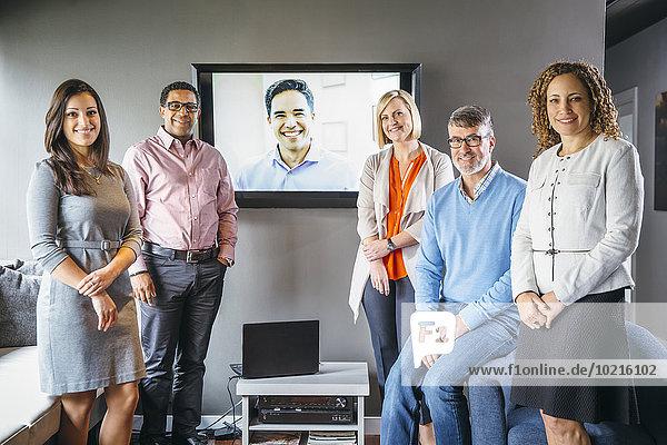 Mensch Büro Menschen lächeln Geschäftsbesprechung Besuch Treffen trifft Videokonferenz Business
