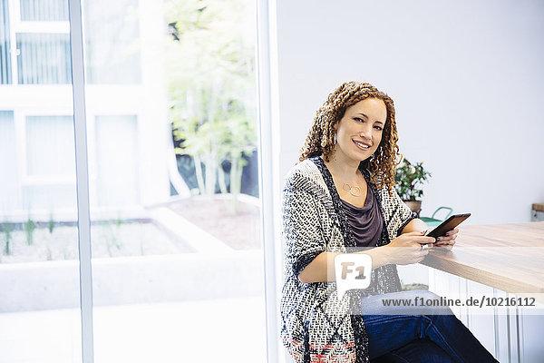 benutzen Frau mischen Tablet PC Tresen Mixed