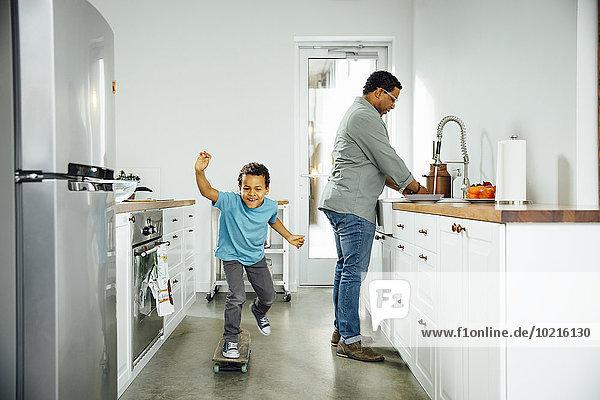 nahe Junge - Person Menschlicher Vater Küche Skateboarding