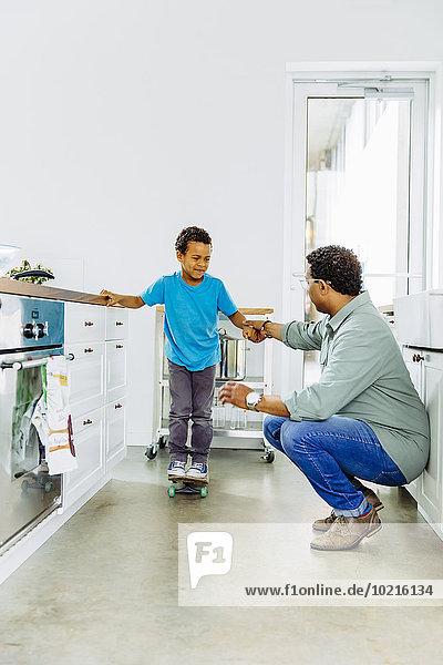 balancieren Menschlicher Vater Sohn Hilfe Küche Skateboard