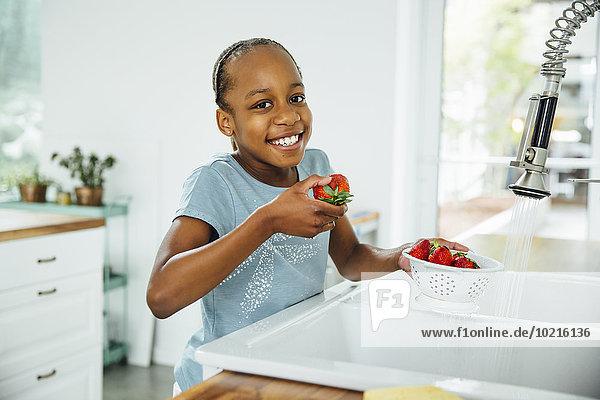 Küche schwarz Erdbeere essen essend isst Mädchen Küche,schwarz,Erdbeere,essen,essend,isst,Mädchen