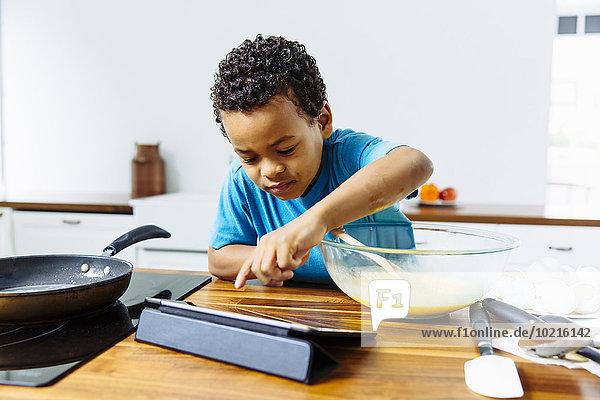 kochen Junge - Person Küche mischen Tablet PC Frühstück Mixed kochen,Junge - Person,Küche,mischen,Tablet PC,Frühstück,Mixed