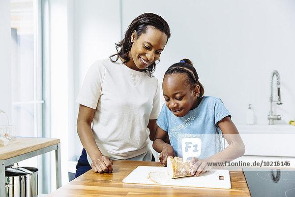 Brot schneiden Küche schwarz Tochter Mutter - Mensch
