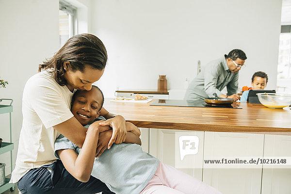 umarmen Küche Tochter Mutter - Mensch umarmen,Küche,Tochter,Mutter - Mensch