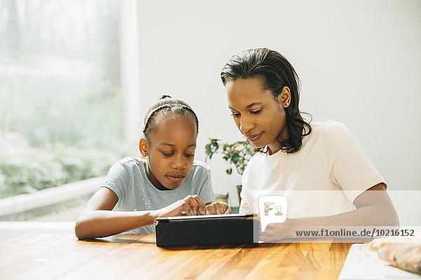benutzen schwarz Tablet PC Tochter Tisch Mutter - Mensch benutzen,schwarz,Tablet PC,Tochter,Tisch,Mutter - Mensch