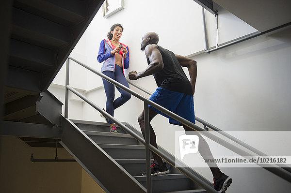 Mann rennen Treppenhaus