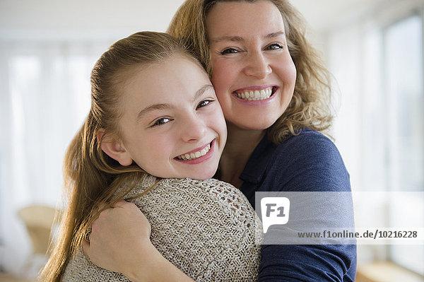 Europäer umarmen Zimmer Tochter Wohnzimmer Mutter - Mensch