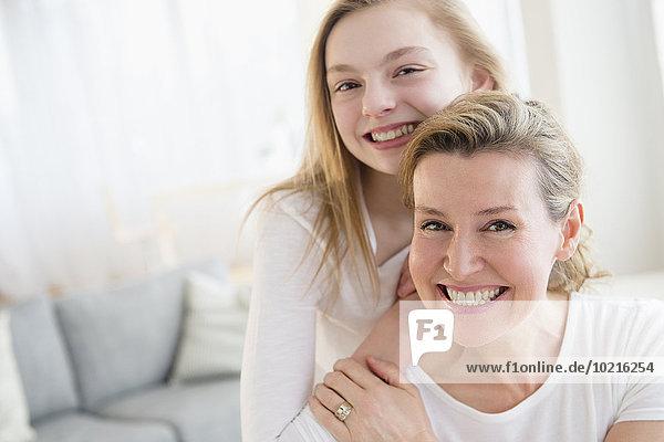 Europäer lächeln Zimmer Tochter Wohnzimmer Mutter - Mensch
