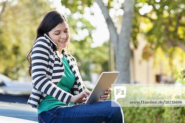 Handy Außenaufnahme benutzen Frau Hispanier Tablet PC freie Natur