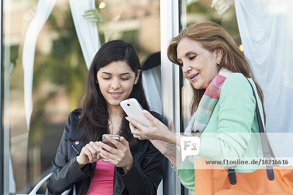 Handy Außenaufnahme benutzen Tochter Mutter - Mensch freie Natur