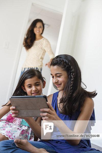 benutzen sehen Tablet PC Tochter Mutter - Mensch