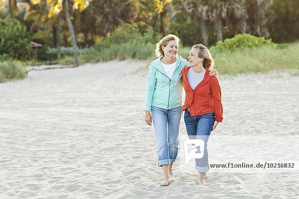Europäer gehen Strand Tochter Mutter - Mensch