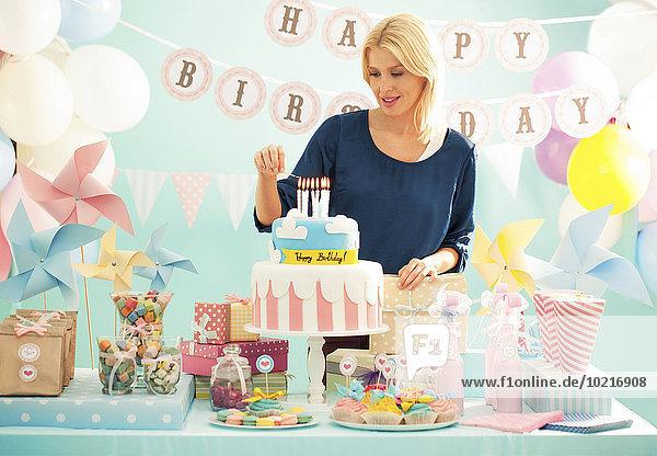 beleuchtet Frau Party Geburtstag Kuchen Kerze