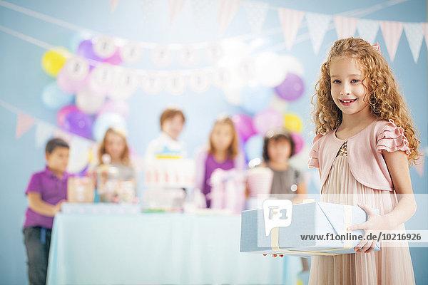 Geschenk Party halten Verpackung Geburtstag Mädchen umwickelt