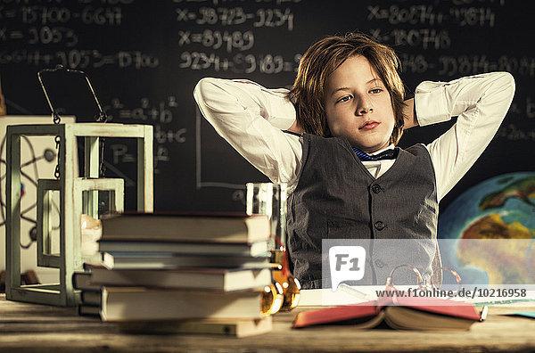 sitzend Schreibtisch Langeweile Klassenzimmer Student