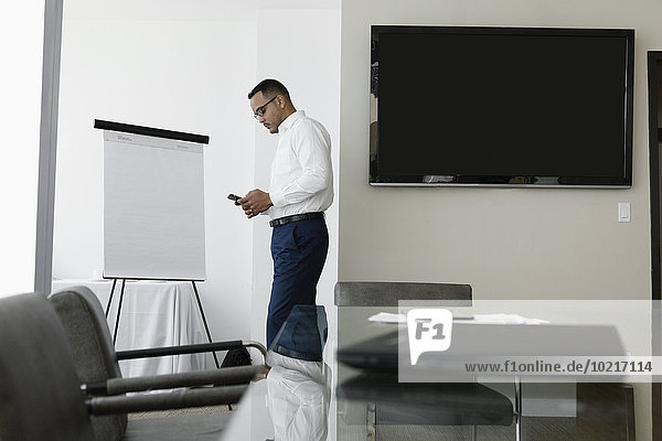 Handy benutzen Geschäftsmann Geschäftsbesprechung Zimmer Hispanier Konferenz