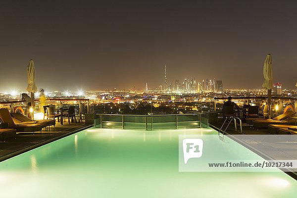 Stadtansicht Stadtansichten Vereinigte Arabische Emirate VAE Nacht über Schwimmbad