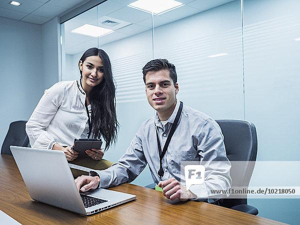 benutzen Mensch Technologie Geschäftsbesprechung Menschen Zimmer Business Konferenz