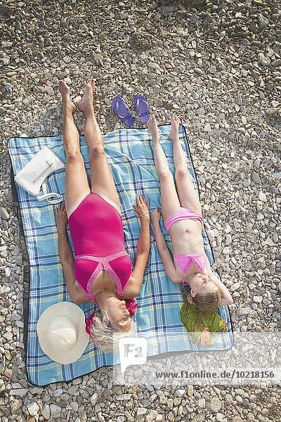 Europäer Strand sonnenbaden sonnen Enkeltochter Großmutter